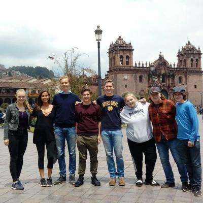 Groepsfoto van de Global Gappers die samen deelnemen aan een tussenjaar met vrijwilligerswerk in het buitenland